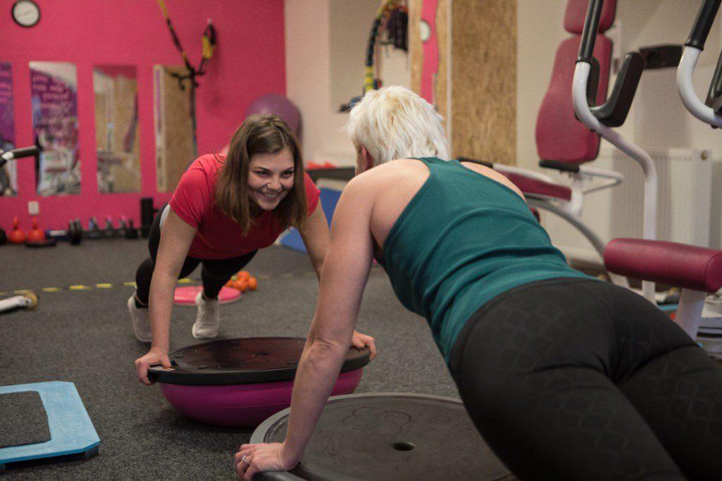 AURA Fit Lady Club: přínosy fitness a výhody klubového cvičení naše klientky znají a proto s námi cvičí mnoho let
