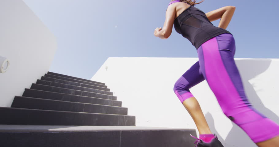 Běh anebo aspoň chůze do schodů spojuje fitness posilování spodní části nohou a náročnější fitness aktivitu. Dobré pro kardio na doplnění komplexního kruhového tréninku :)